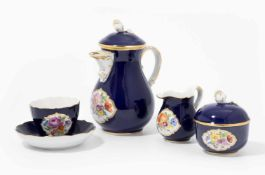 Mokkaservice, Meissen20.Jh. Porzellan, kobaltblauer Fond, farbig gemalte Blumen in Reserven.