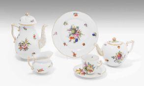 """Kaffee/Teeservice, HerendNach 1945. Porzellan, Dekor """"Bouquet de fruits"""". Bezeichnet;"""