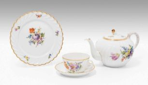 Teeservice, NymphenburgNach 1920. Porzellan, geschweifter Rippendekor, farbige Blumenmalerei (