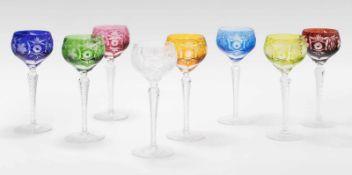 8 Stängelgläser, Böhmen20. Jh. Farbloses Kristallglas, verschiedenfarbig überfangen, Schliffdekor.