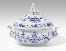 """Suppenterrine, Meissen20.Jh. Porzellan, Dekor """"Blaues Zwiebelmuster"""", Ovalform, Mädchen mit Füllhorn"""