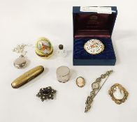 TRINKET BOXES, ANTIQUE BROOCHES & 2 ITEMS OF SILVER INCL. A COSTUME DRESS WATCH