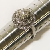 18CT WHITE GOLD DIAMOND RING - 2 ROWS OF SMALL STONES SURROUNDING A CENTRE SINGLE STONE