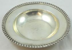 An Edwardian silver shallow bowl, by the Barnards, London 1907, with gadrooned border, diameter 15