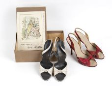 LOT OF 2 SHOES 50s A lot of 2 items 1) Mario Valentino light grey silk and leather open toe