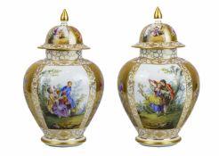 PAIRE DE POTICHES COUVERTES 19ème SIECLEEn porcelaine, au décor polychrome et or de scènes