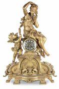 IMPORTANTE PENDULEEn bronze doré au riche décor, sommée d'une élégante et d'un amour sur un
