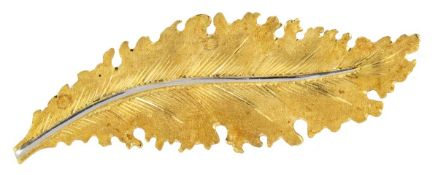 MARIO BUCCELLATIBroche clipEn or jaune et gris 18k (750) sablé, stylisée d'une feuille de chêne.