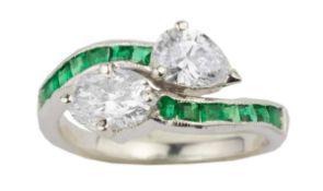 BAGUE TOI & MOIEn or gris 18k (750), ornée d'un diamant taille poire et d'un diamant ovale épaulés