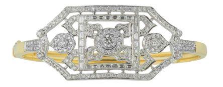 BRACELET RIGIDE OUVRANTEn or jaune et gris 18k (750) centré d'un motif floral ajouré et orné de