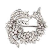 BROCHE FLEUREn or gris 18k (750) à forme de fleur sertie de diamants taillés en brillant.Poids