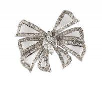 BAGUE NOEUDEn or gris 18k (750), stylisée d'un nœud pavé de diamants taille brillant et centrée