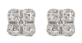 PAIRE DE PUCES D'OREILLESEn or gris 18k (750), stylisées d'un trèfle serti de diamants taille