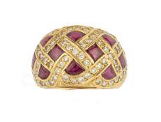 BAGUEEn or jaune 18k (750), stylisée de croisillons sertis de rubis et pavés de diamants.Poids
