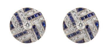 PAIRE DE PUCES D'OREILLESEn or gris 18k (750), stylisées de lignes croisées serties de diamants et