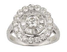 BAGUE MARGUERITEEn or gris 18k (750), centrée d'un diamant serti clos dans un entourage de