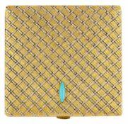 ÉLÉGANTE BOÎTE DE BEAUTÉEn or jaune 18k (750), de forme carrée à décor de passementerie,
