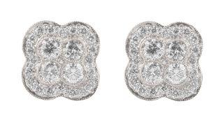 PAIRE DE PUCES D'OREILLESEn or gris 18k (750), à motif quadrilobé, centrées de 4 diamants taille