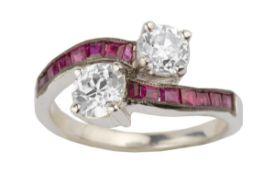 BAGUE TOI & MOIEn or gris 18k (750), sertie de deux diamants croisés taille ancienne et épaulés de