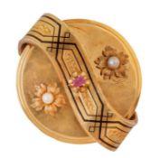 Broche circular S. XIX con dos flores de perlas finas laterales