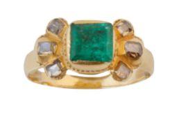 Sortija S. XVIII-XIX con esmeralda central flanqueada por tres diamantes a cada lado