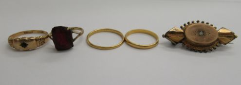 Items of personal ornament: to include a 22ct gold wedding band 11
