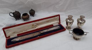 An Edwardian silver three piece cruet set, comprising a twin handled salt and two pepperettes,