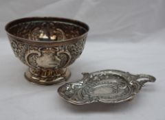 An Edward VII silver pedestal bowl decorated with flowerheads and scrolls, Birmingham, 1905,