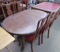An Edwardian mahogany extending dining table together with a set of four Queen Anne style dining