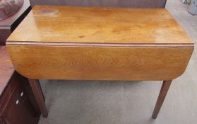A Victorian oak Pembroke table