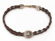 UhrenketteBiedermeier, 2-strängig, aus geflochtenen Haaren, in der Mitte über ein Schaumgoldelement,