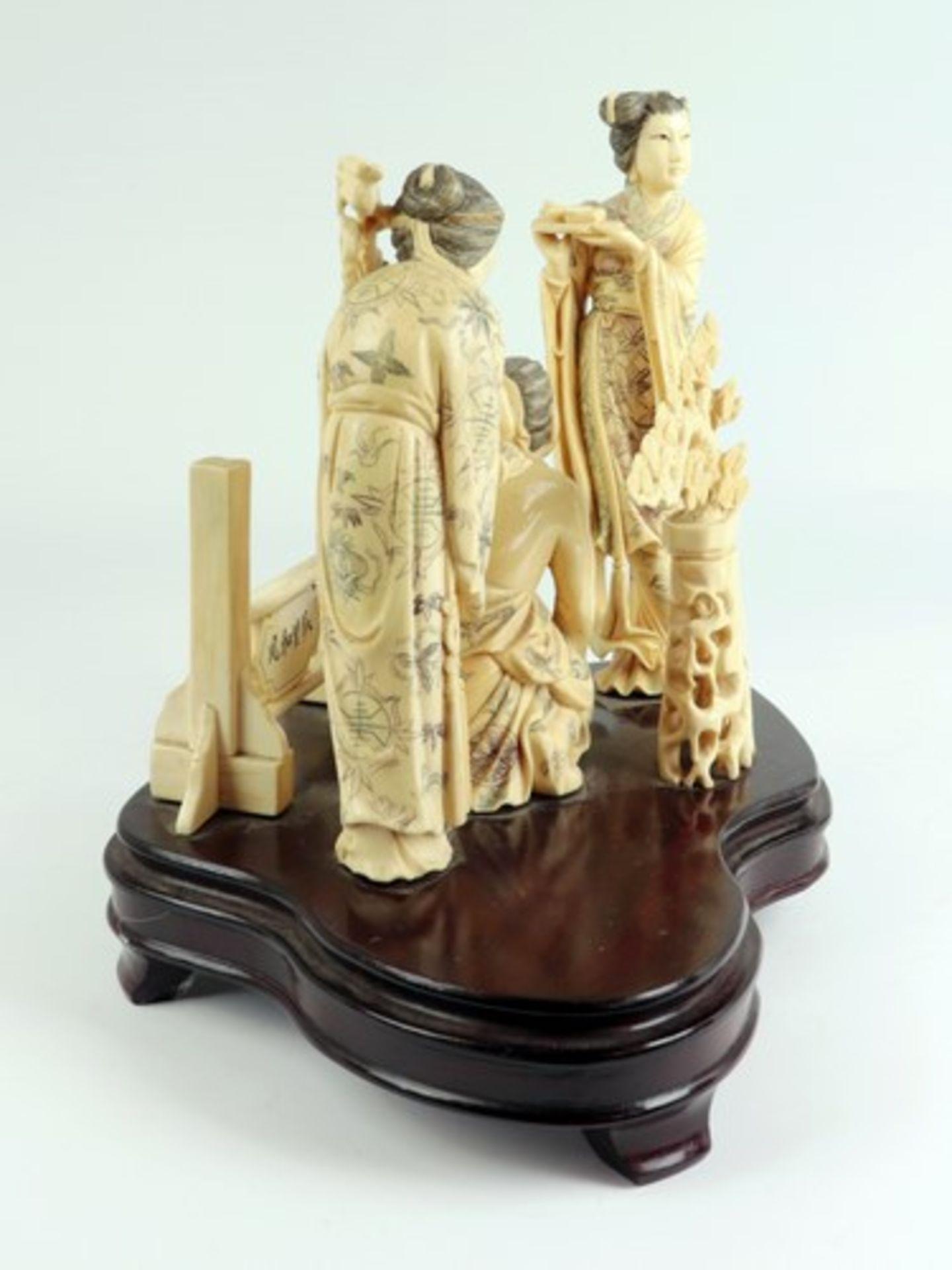 Figurengruppe - Elfenbeinschnitzereium 1900/10, auf geschwungenem, profiliertem Holzsockel, - Bild 5 aus 6