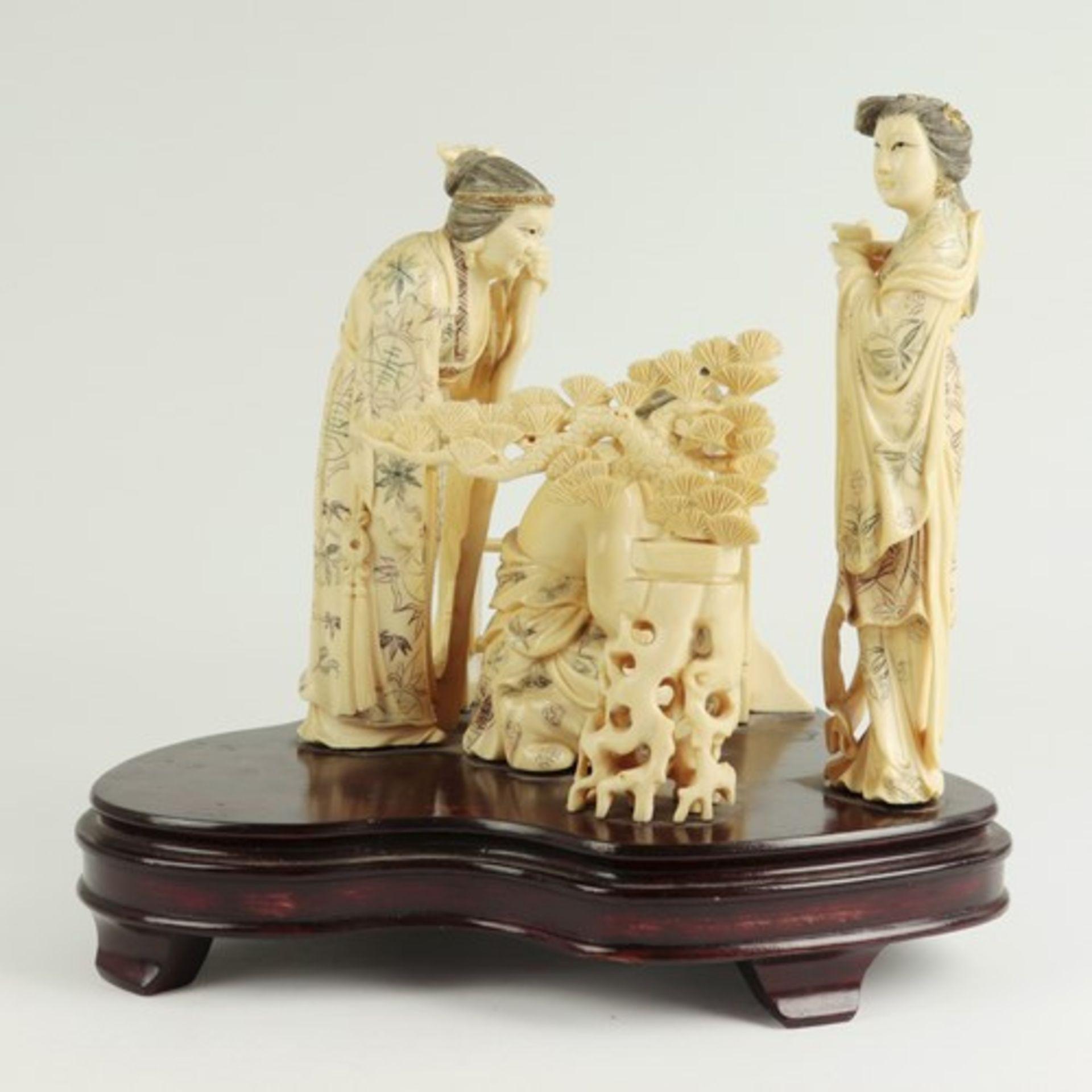 Figurengruppe - Elfenbeinschnitzereium 1900/10, auf geschwungenem, profiliertem Holzsockel, - Bild 2 aus 6