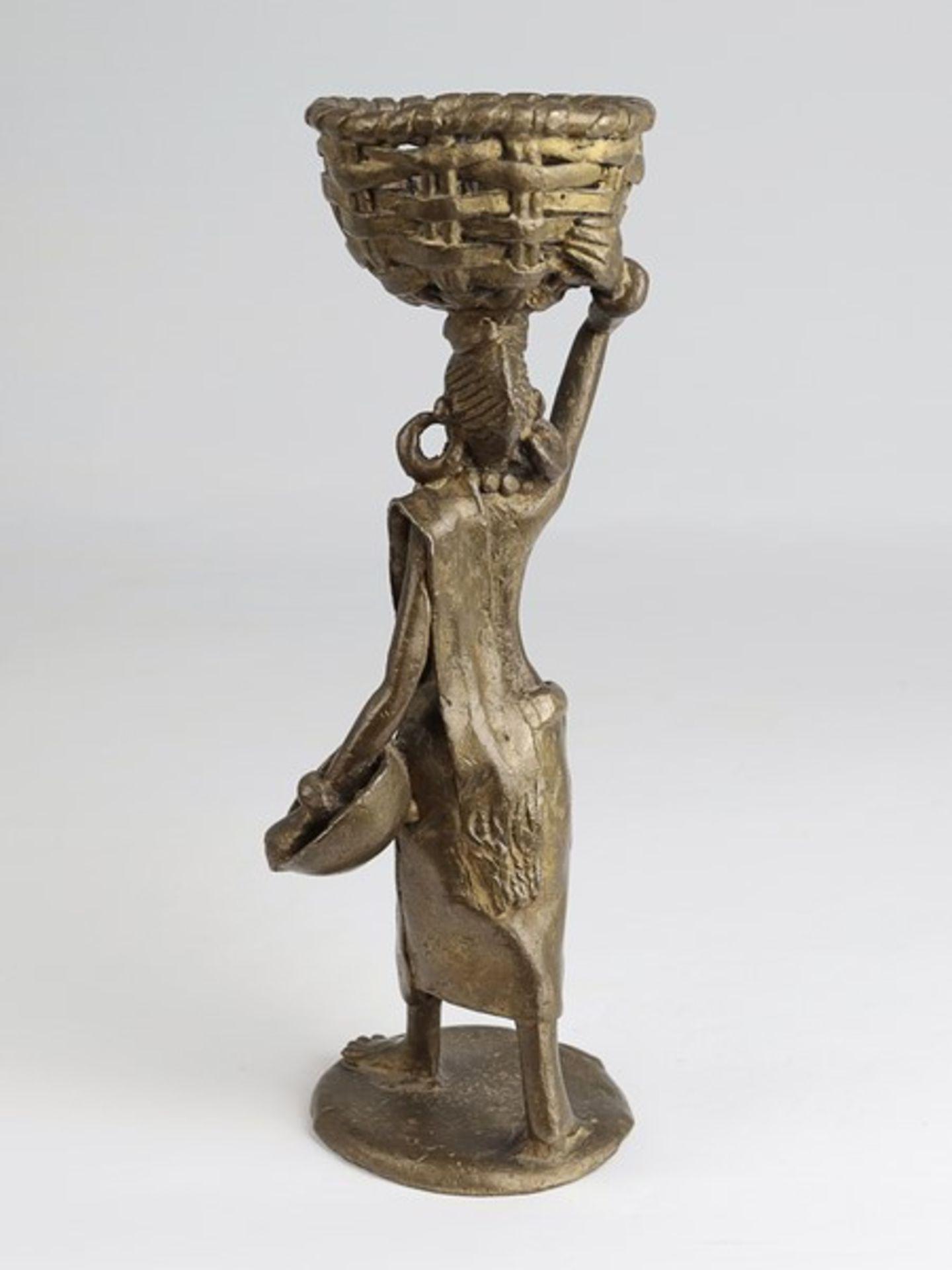 Los 1862 - Skulptur20.Jh., Burkina Faso, Bronze, vollplastische Figur einer Frau m. großen Ohrringen, einem
