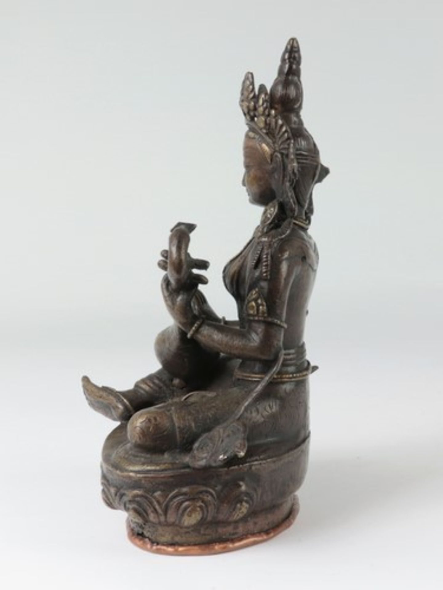 Los 1820 - Asiatika - Figurbronzefarbenes Metall, vollplastische weibliche Figur mit Sitar (hinduistische