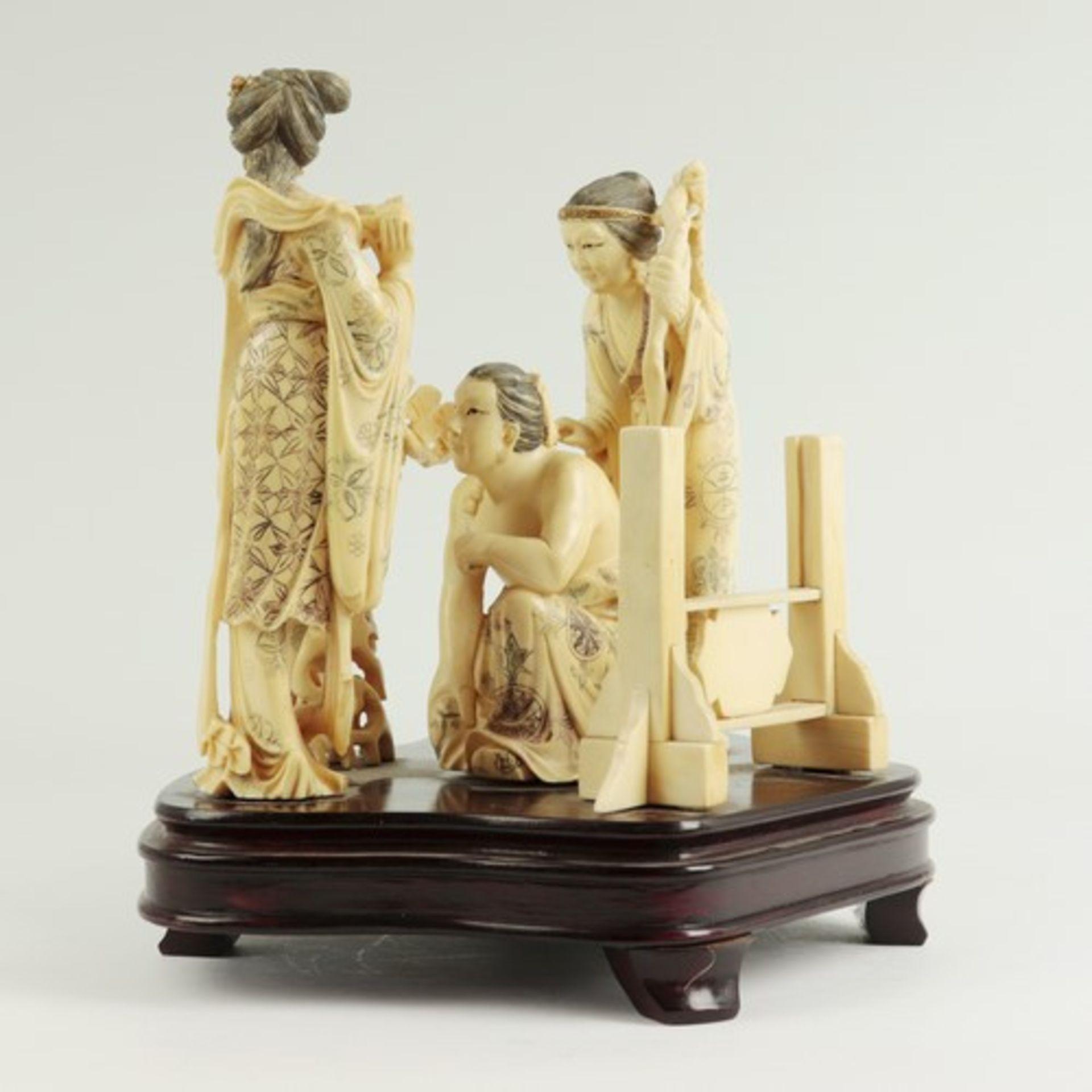 Figurengruppe - Elfenbeinschnitzereium 1900/10, auf geschwungenem, profiliertem Holzsockel, - Bild 3 aus 6