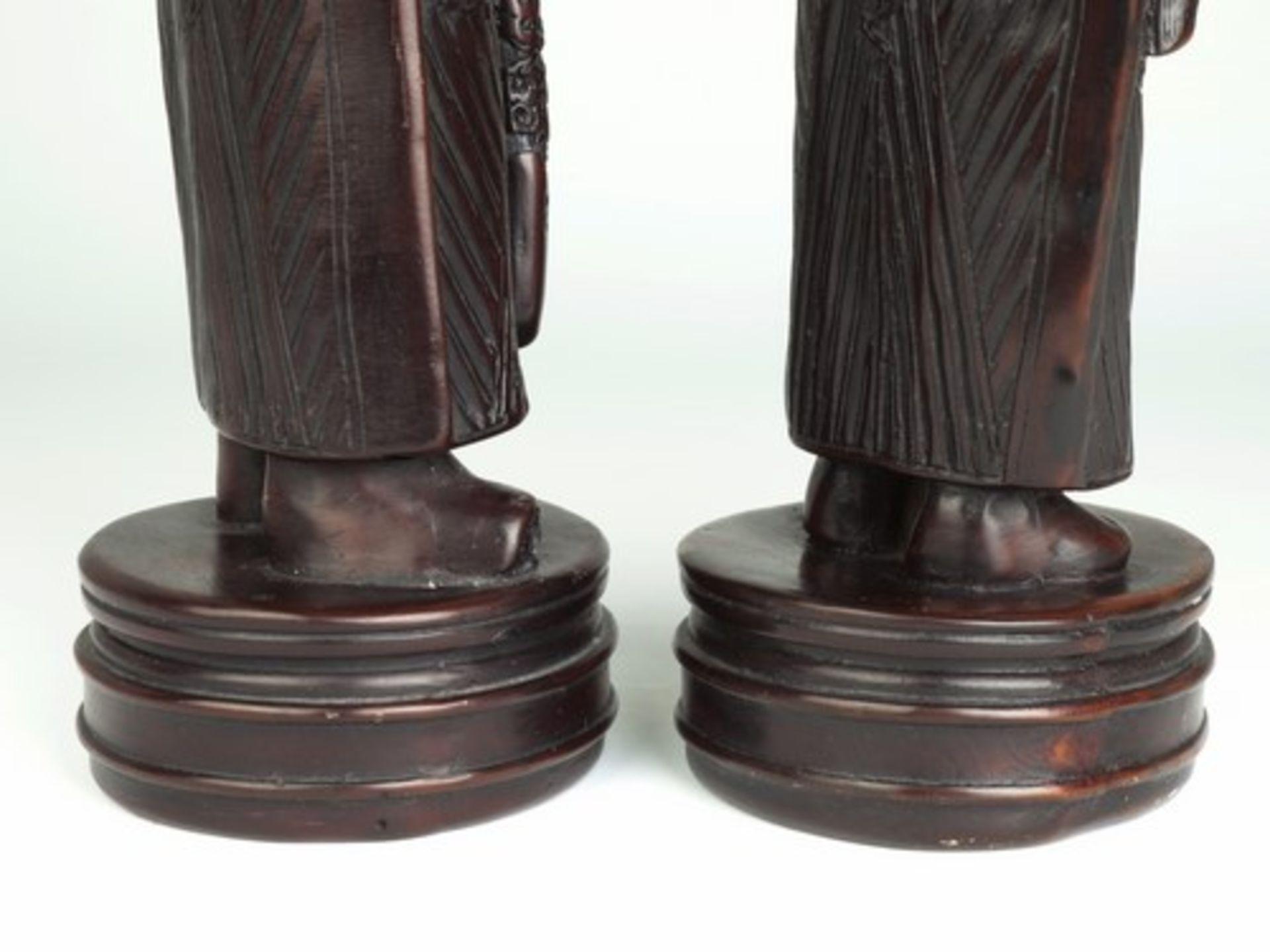 Los 1833 - Figurenpaar - China20.Jh., Masse, braun gefasst, königliches Ehepaar traditionell gekleidet m.
