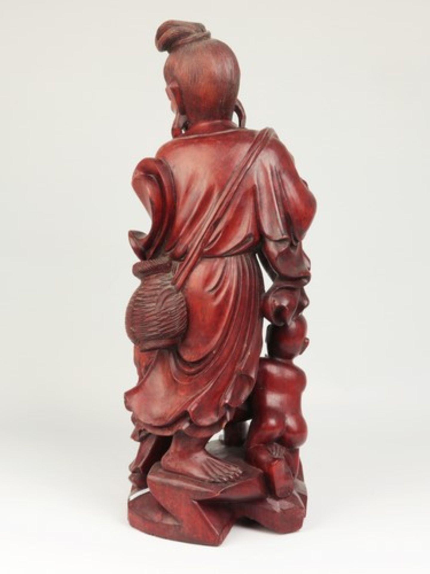 Holzfigur - China20.Jh., vollplastische Holzschnitzerei, Hartholz, Glasaugen, Fischer m. zwei - Bild 2 aus 8