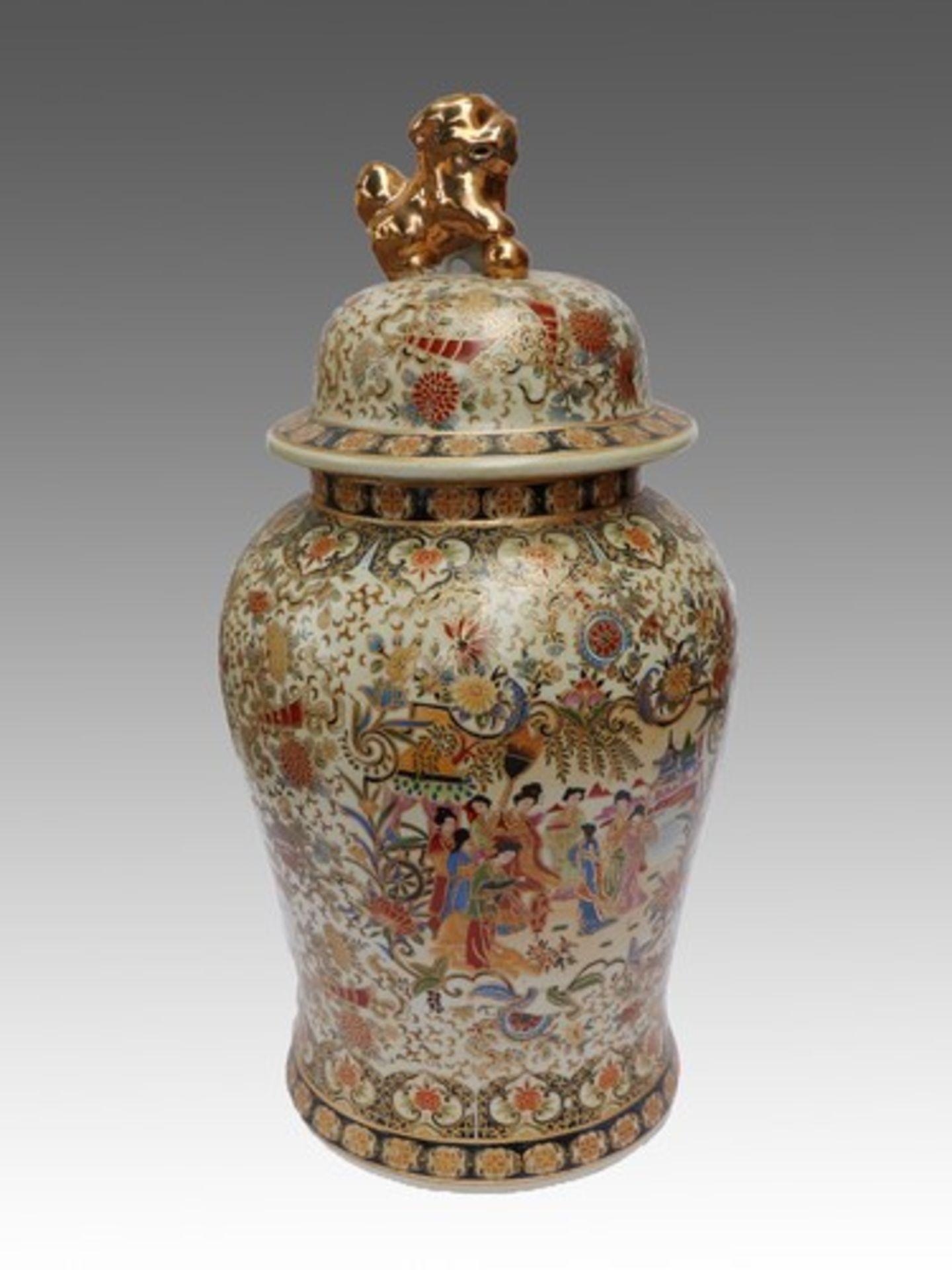 Los 1834 - Große Deckelvase20.Jh., China, Keramik, umlaufend polychrom bemalt u. m. Umdruckdekor verziert,