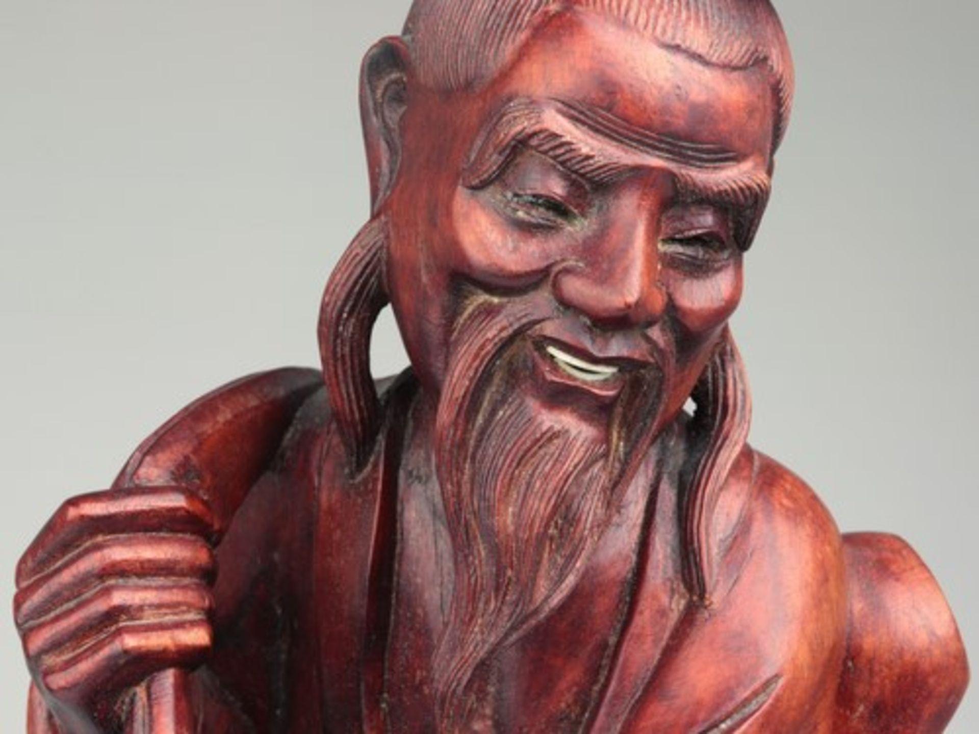 Holzfigur - China20.Jh., vollplastische Holzschnitzerei, Hartholz, Glasaugen, Fischer m. zwei - Bild 4 aus 8