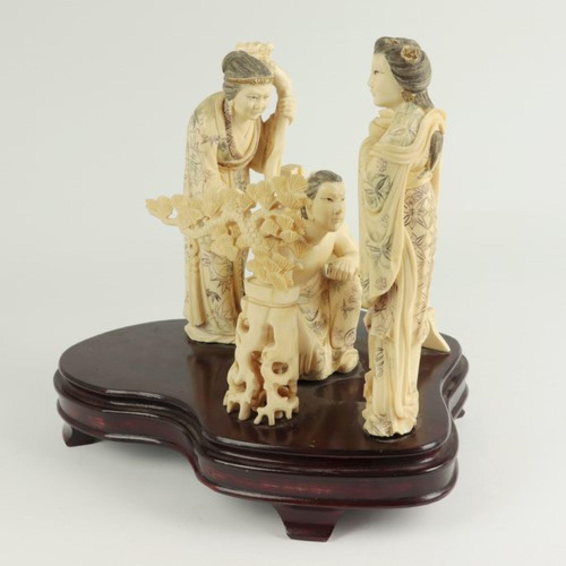 Figurengruppe - Elfenbeinschnitzereium 1900/10, auf geschwungenem, profiliertem Holzsockel,