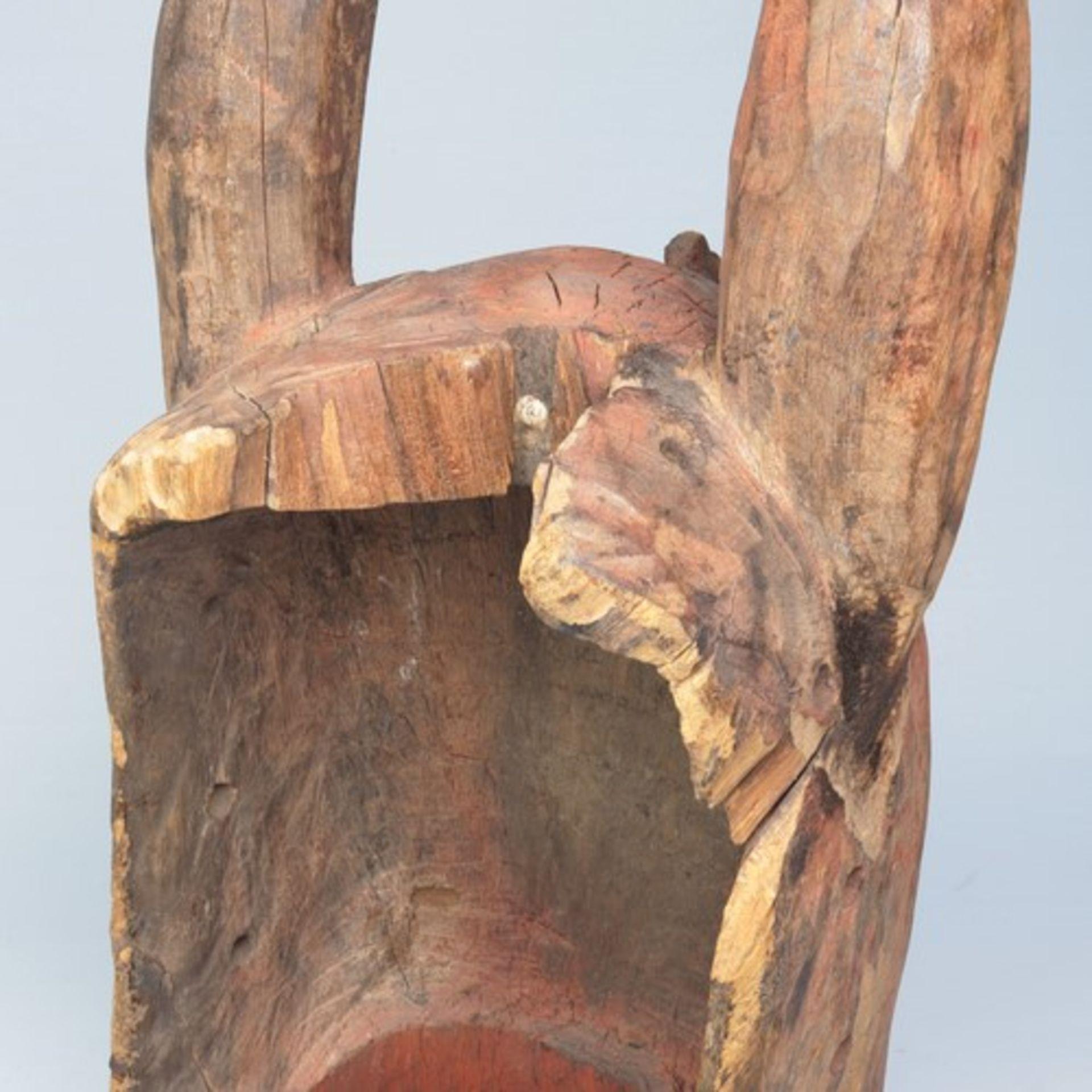 Los 1860 - Maskevollplastische Holzschnitzerei, konischer Unterbau/Hals, seitl. eingeschnitten, vereinfachtes