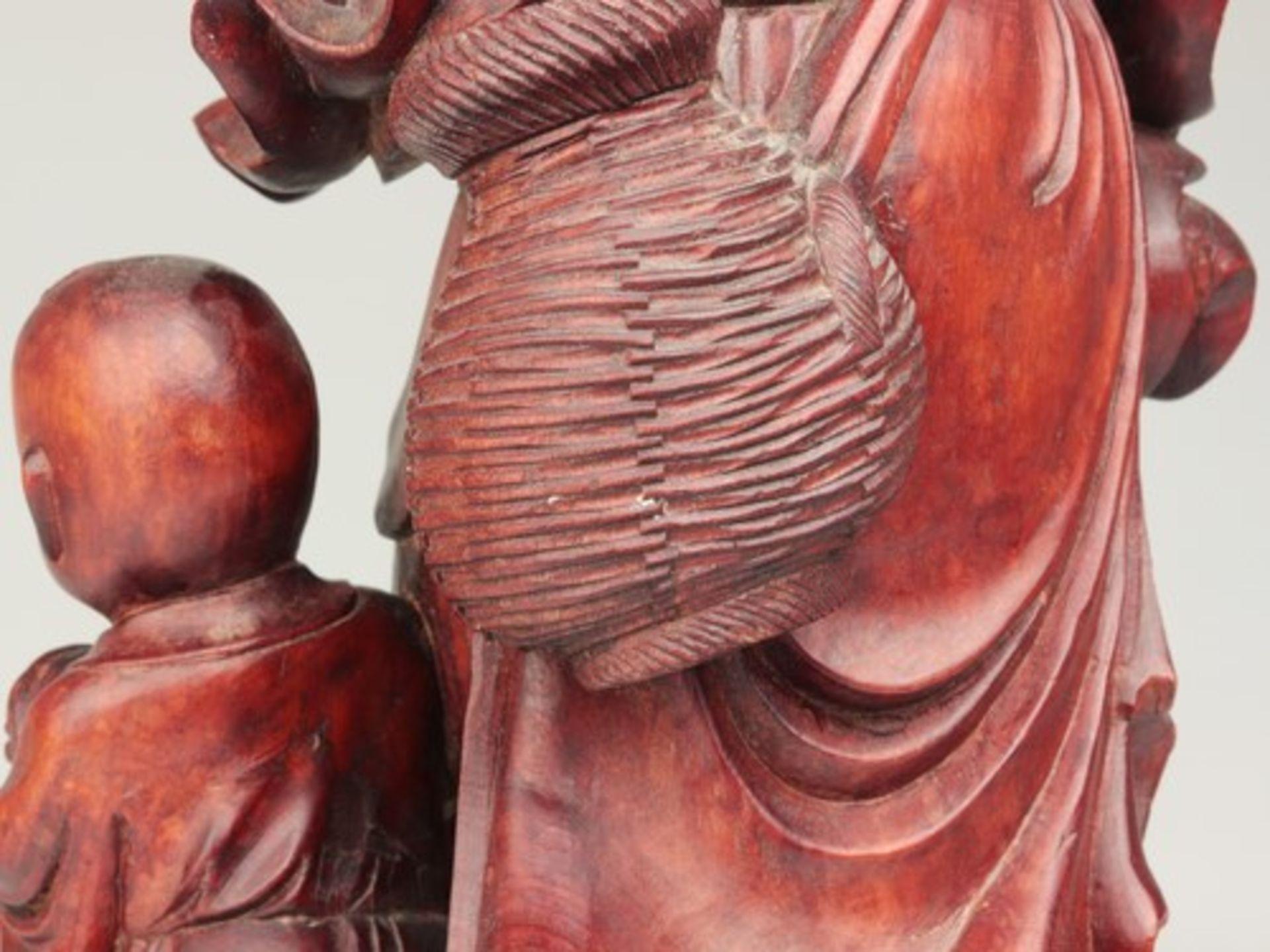 Holzfigur - China20.Jh., vollplastische Holzschnitzerei, Hartholz, Glasaugen, Fischer m. zwei - Bild 6 aus 8