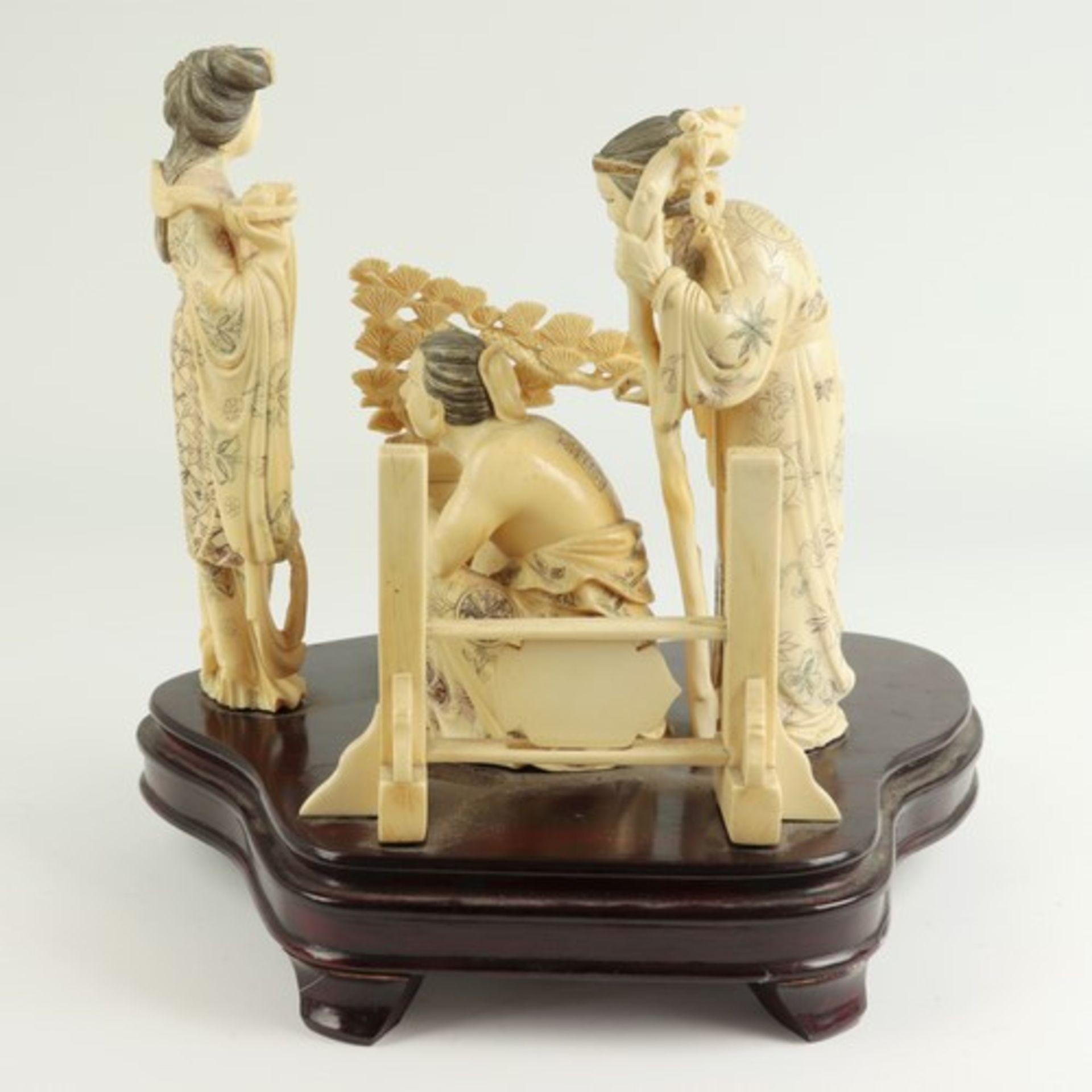 Figurengruppe - Elfenbeinschnitzereium 1900/10, auf geschwungenem, profiliertem Holzsockel, - Bild 4 aus 6