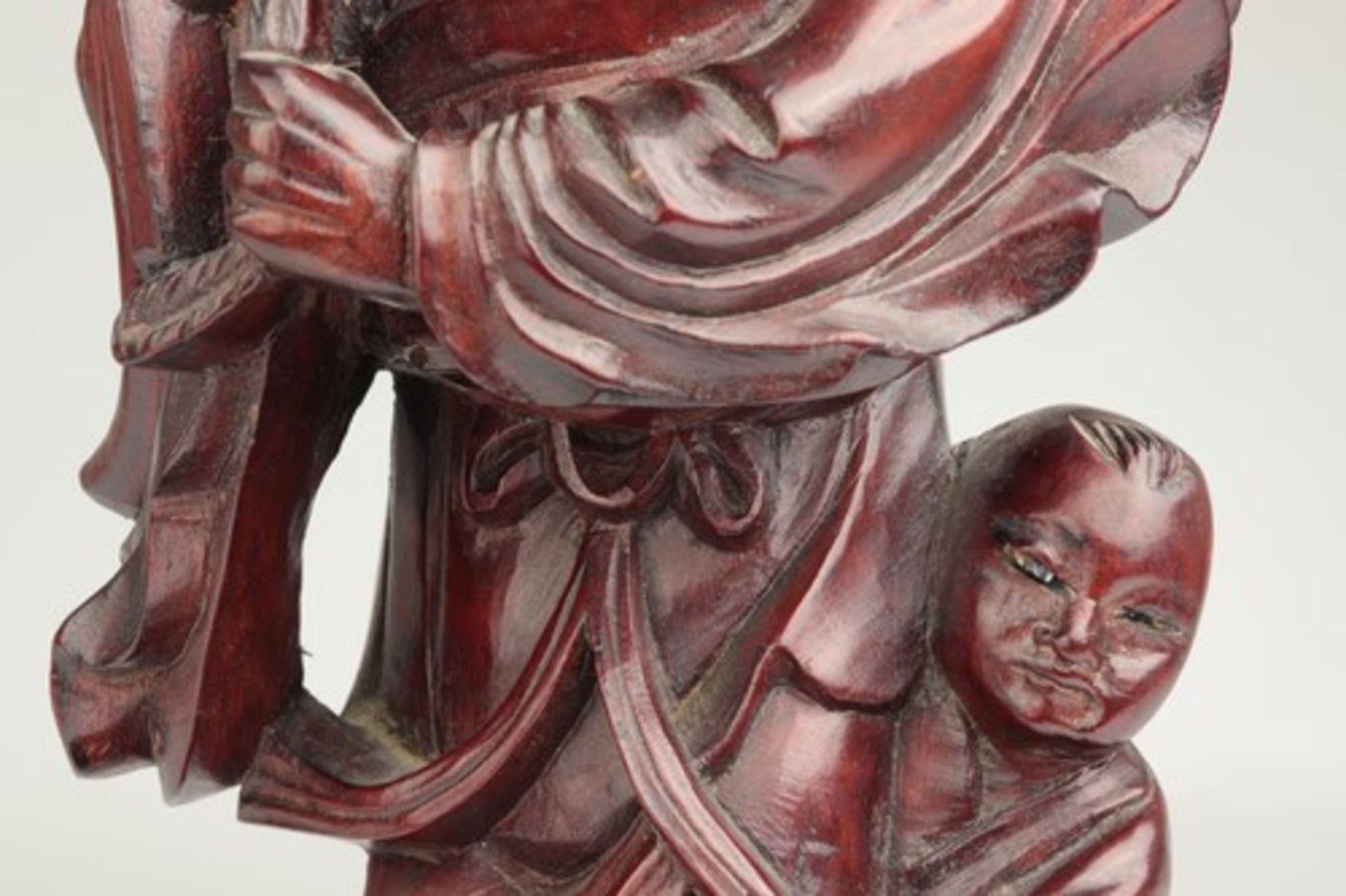 Los 1836 - Holzfigur - China20.Jh., vollplastische Holzschnitzerei, Hartholz, Glasaugen, Fischer m. einem