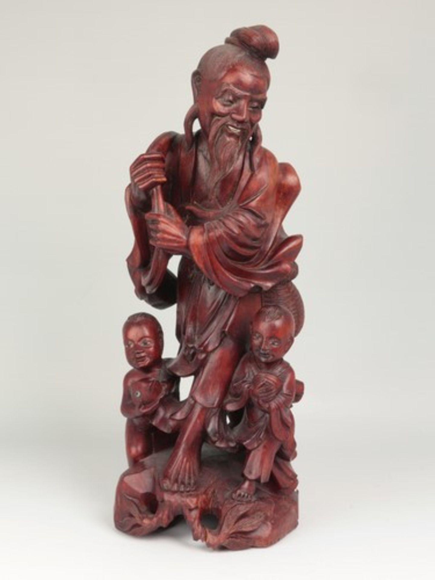 Holzfigur - China20.Jh., vollplastische Holzschnitzerei, Hartholz, Glasaugen, Fischer m. zwei
