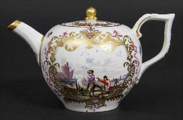 Teekanne mit Kauffahrtei-Szenen / An early tea pot with harbor scenes, Meissen, ca. 1740-