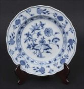 Speiseteller mit Zwiebelmuster / A dinner plate with onion pattern, Meissen, Mitte 19. Jh.