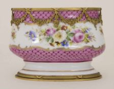 Ovale Vase mit Blumenbouquets / An oval vase with flowers, Ende 19. Jh.Material: Porzellan,