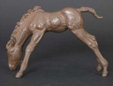 Tierfigur 'Grasendes Fohlen' / An animal figure of a grazing foal, Meissen, 20. Jh.Material: